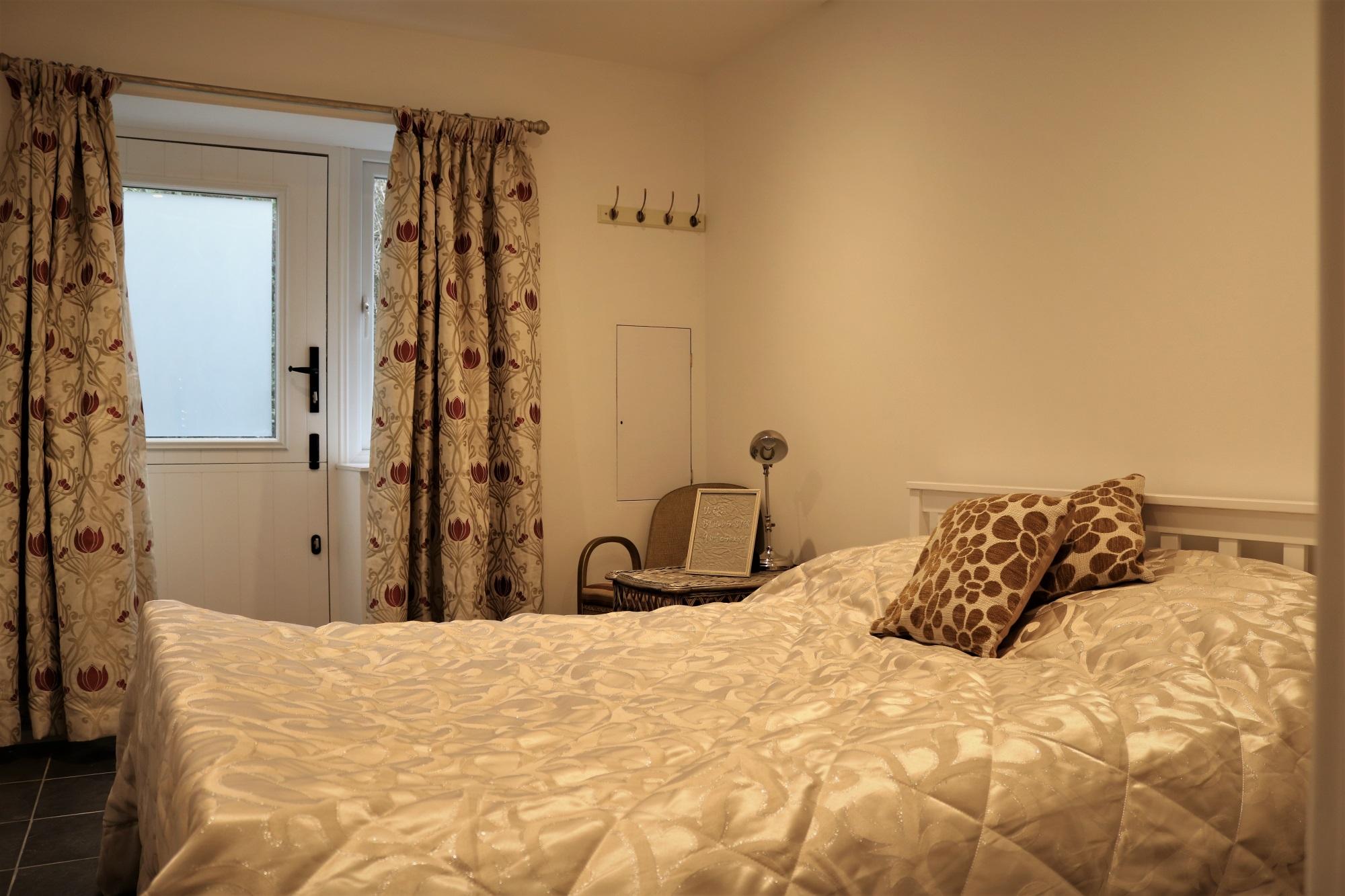 room2_bed